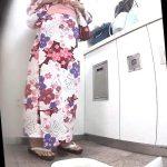 地下鉄御〇筋のトイレ16浴衣で丸見えパイパンギャルおしっこ垂れちゃう