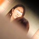 【限定配信】マ○コ丸見え!!第三体育館潜入撮】第三体育館潜入撮File015 「進化」の最後に登場した美人がついに入室!