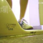あちゃー、後ろ手で床をついて完全に便器にお尻をつけマ〇コを突き出してます。!:大会トイレチェックvol.18