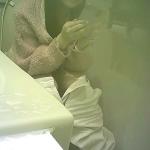 一本筋を魅せた後にオシッコがお尻タブを濡らしてますね。肛門付近をプルプルと震わせながら拭いてます【新作】トイレ盗撮シリーズ(2カメ)⑤